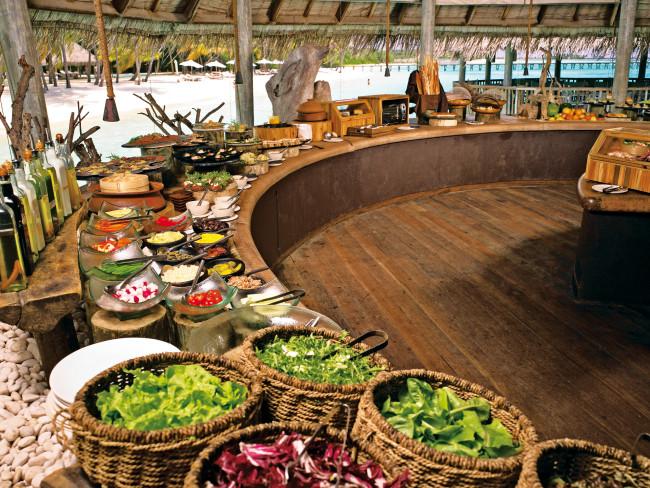 gili-lankanfushi-malediwy-basen.jpg