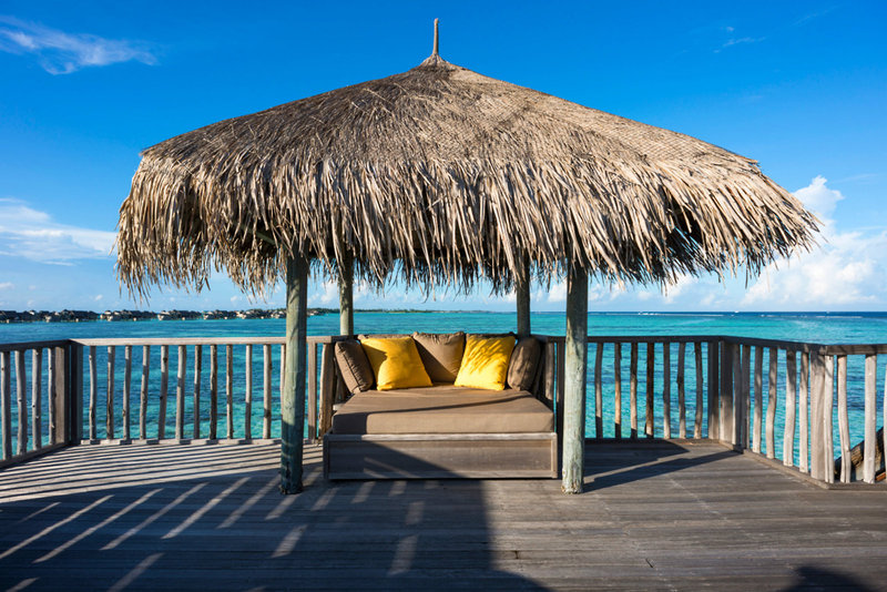 soneva-gili-malediwy-atol-nord-male-basen.jpg