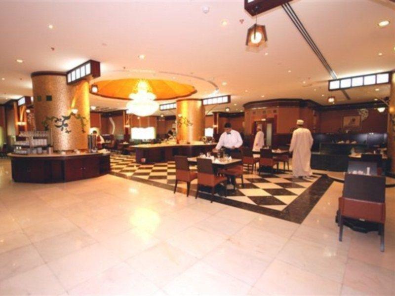 al-bustan-tower-hotel-suites-sharjah-zjednoczone-emiraty-arabskie-sharjah-i-ajman-sharjah-ogrod.jpg