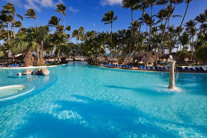 melia-caribe-tropical-melia-caribe-tropical-wschodnie-wybrzeze-wschodnie-wybrzeze-basen-lobby.jpg