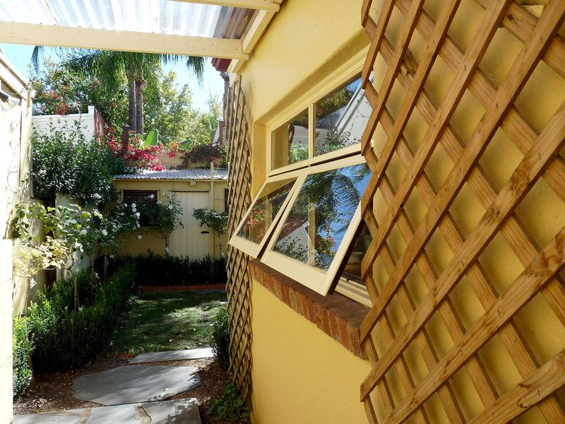 adelaide-heritage-cottages-apartments-australia-basen-restauracja.jpg